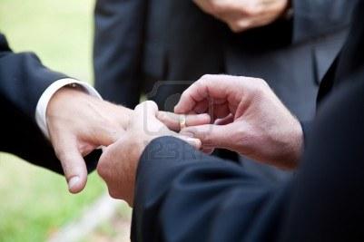 13626059-uno-sposo-mettendo-l-39-anello-al-dito-di-un-altro-uomo-durante-il-matrimonio-gay
