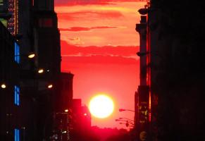 Manhattanhenge, il sole tramonta tra i grattacieli di New York