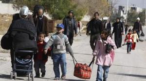 Evacuazione di Moadamiya del mese scorso. Invece di permettere l'entrata di cibo nella zona assediata, il regime obbliga i siriani ad evacuare o morire di fame, aggravando l'emergenza degli sfollati.