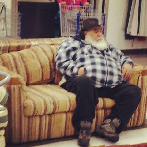 Uomini sul divano il natale delle famiglie patriarcali - Scopare sul divano ...