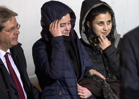 Il ministro Gentiloni con Greta e Vanessa, arrivate a Ciampino. Foto Percossi © ANSA FOTO