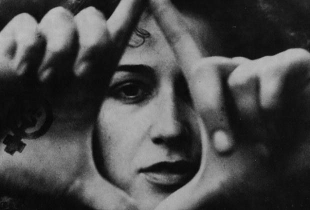 """Mani alzate a triangolo a formare una vagina: così, negli anni Settanta, """"il gesto della vagina"""" fa la sua comparsa nelle piazze, accanto agli striscioni, alle battaglie per l'aborto libero, agli zoccoli, ai sit in e ai gruppi di autocoscienza."""